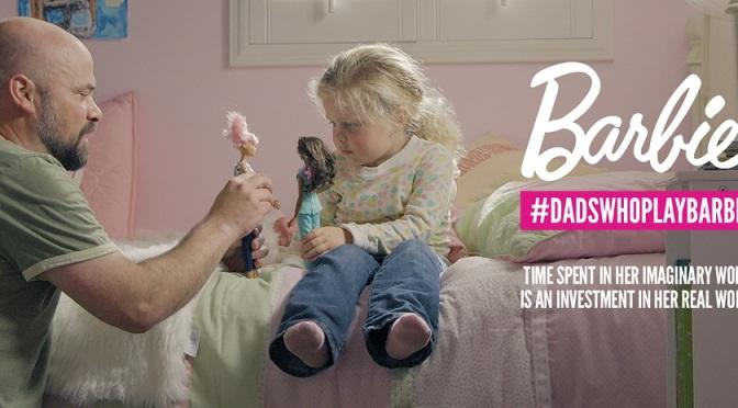 Los padres ahora juegan con sus hijas… y con Barbie