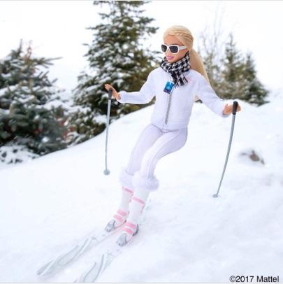 barbie esquiando