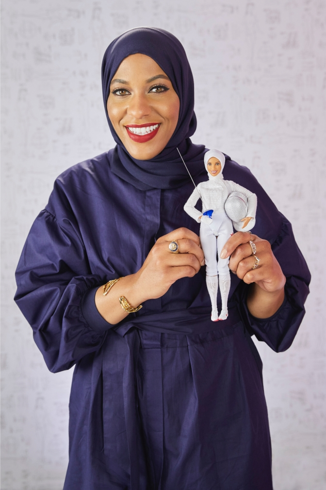 Ibtihaj Muhammad tiene su propia Barbie y sí, lleva hiyab