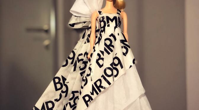 Barbie impresiona vestida con papel